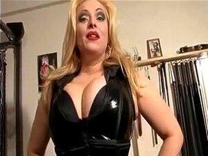Prsata plavuša domina teases u kinky odijelo, Snježana i potpuno pokvariti plavokosa MILF dominatrix ljigavci s joj big tits u kinky odijelo u ovaj fetiš video.